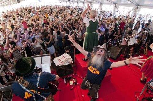 ドイツの伝統的な民族音楽やヒット曲で大盛り上がり