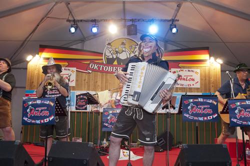オクトーバーフェストファンの間で人気者のバンド「アントン&ザ・ファニーガイズ」によるライブ演奏