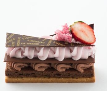 桜と苺のチョコフィーユ 500円 口どけのよいショコラとグリオットチェリーガナッシュに桜風味のホワイトチョコシャンティ、旬の苺の組み合わせ