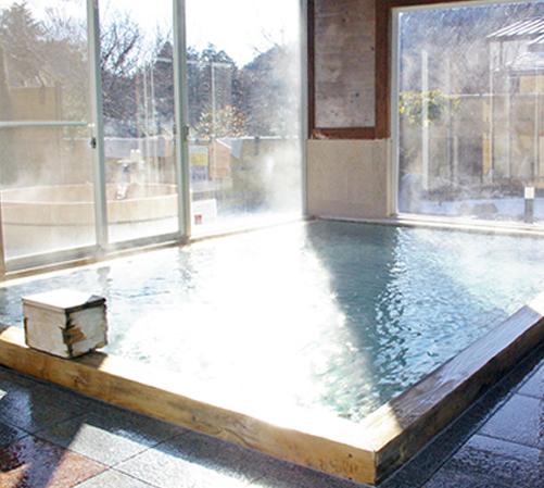檜の香りと大きな窓が嬉しい「ひのきづくりの大風呂」