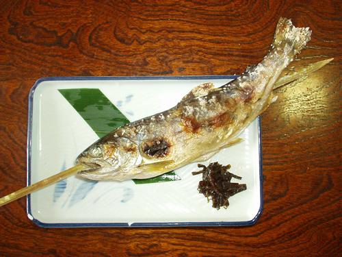 食事処 小菅村といえば「ヤマメの塩焼き」<br>村の宿に宿泊するとイワナ・ヤマメ料理を食べられる