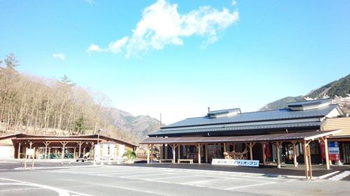 2015年春にオープンした「道の駅こすげ」(駐車場は小菅の湯と同じ) 石窯で焼くピザがおすすめの「源流レストラン」「物産館」「ふれあい館」がある