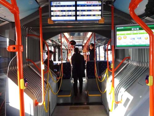 写真:連節バスの車内(岐阜清流ライナー)
