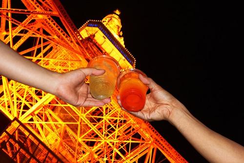 東京タワーの真下で冷えたハイボールで乾杯!