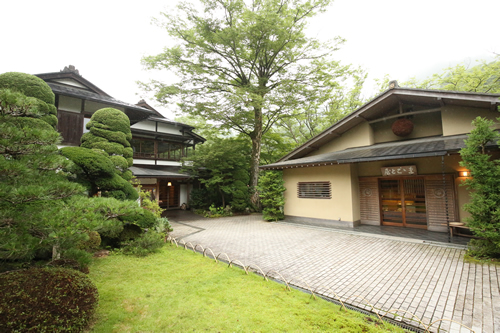 多摩川のほとりにある澤乃井直営料亭「ままごと屋」