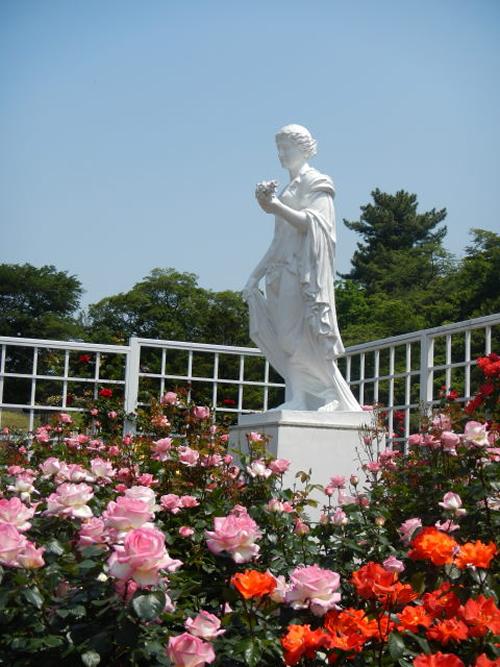 「ロイヤルコーナー」 皇室にちなんだバラを集めたロイヤルコーナー。花の女神フローラ像はフラワーショー15周年記念に朝日新聞社より贈られました。