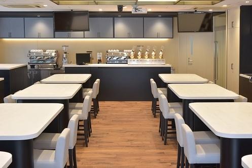 日比谷通りに面した、明るいメインセミナールーム 一般の人からプロ向けまでのコーヒーに関するセミナー、研修を実施。スイーツやフードペアリングなど幅広いカリキュラムも予定。