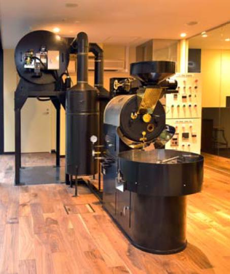 ロースティングルームでは、ガス熱⾵式焙煎機と⼩型のテストロースターの2台の焙煎機を用意
