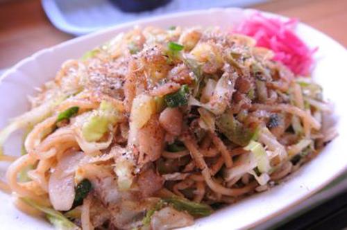 静岡県富士宮市名物、コシのある麺や肉かす、だし粉などが特徴の「富士宮やきそば」