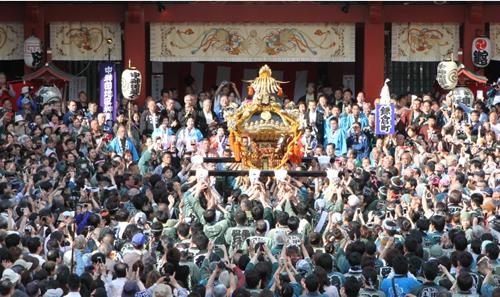「神輿宮入」 大小200の神輿が練り歩き、粋でいなせな江戸っ子たちの元気の良いかけ声が響き渡る