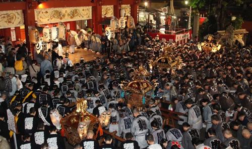 「神輿宮入」 5月9日(土)の夕刻からスタート 氏子たちの熱気あふれる雄壮な神輿宮入に圧倒される