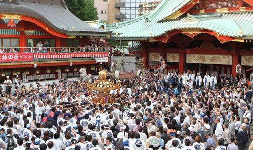 「神輿宮入」 境内に集まってくるあふれんばかりの神輿と半纏を着た氏子、観光客