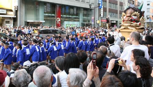「附け祭」 相馬野馬追騎馬武者やサンバチーム、地元の諸団体や大学、子ども達による楽しい仮装行列が参列