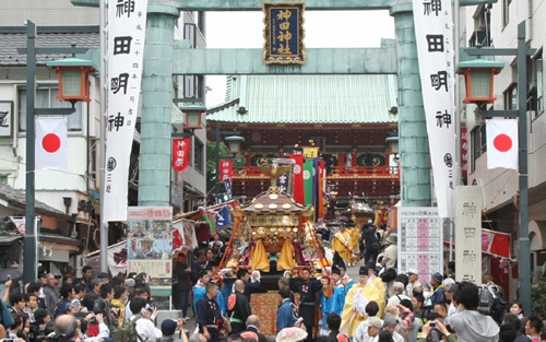 5月9日(土)の「神幸祭」 約500名の行列が、氏子108町会を巡り、祓い清めていく。最後には総勢1,000人規模の大行列に膨れあがる