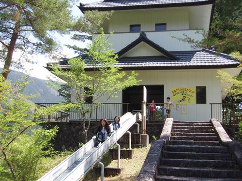 小峰山の頂点に築かれた「丹波山城」がすべり台のスタート地点