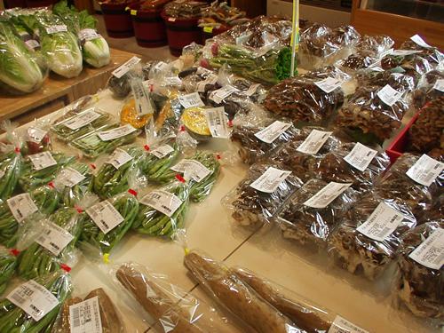 「農林産物直売所」では丹波山産の野菜や農林産物を販売