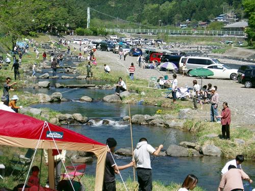 丹波川の河川敷を利用して作られた村営つり場