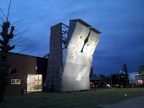 東京・昭島市に出現した謎の塔!夜空に浮かぶ建物の正体は?