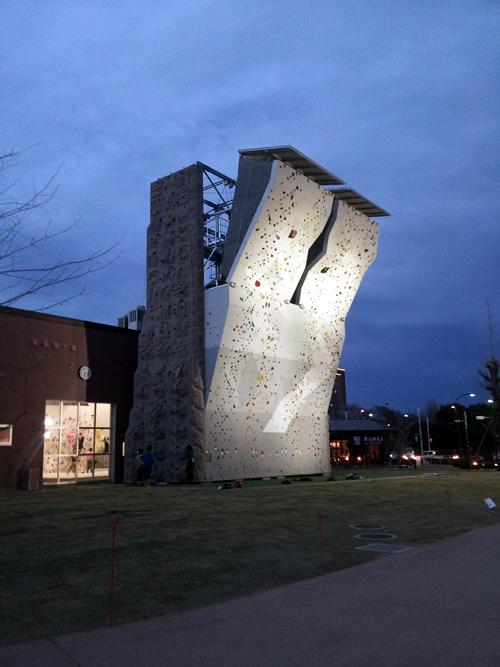 夜空に浮かびあがる高さ16.45mの建物の正体は?