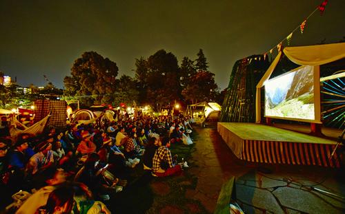 昨年の様子 アウトドアシアター 世界有数の山岳フェスティバルであるバンフ・マウンテン・フィルム・フェスティバルを紹介