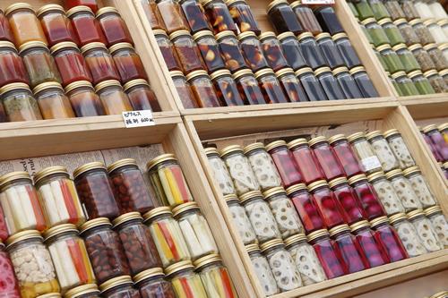 さまざまなオーガニック食材を販売 写真は瓶詰めピクルス