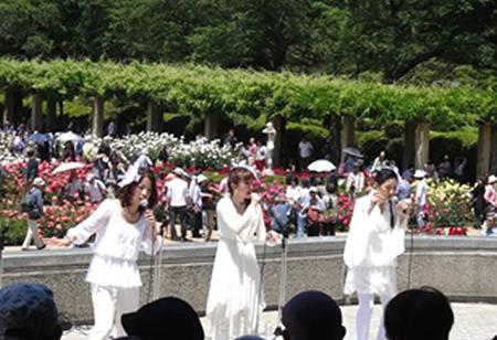 人気の「ばら園コンサート」