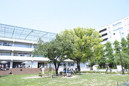 会場の「3331 Arts Chiyoda」は旧練成中学校を利用して誕生 広々スペースでのんびり