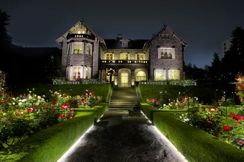 夜空に浮かび上がる洋館とバラに包まれた庭園はロマンチックの言葉では言い表せないほど