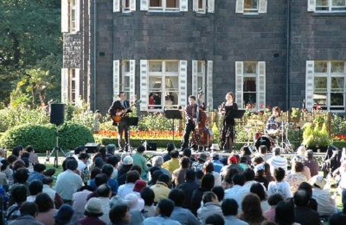 洋館横の芝生広場で「春バラの音楽会」を実施
