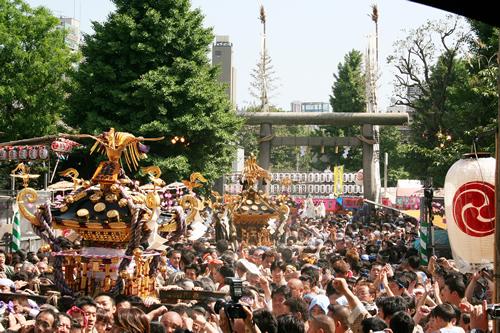 5月16日昼過ぎから、浅草氏子44ヶ町の町内神輿約100基による「町内神輿連合渡御」が始まる