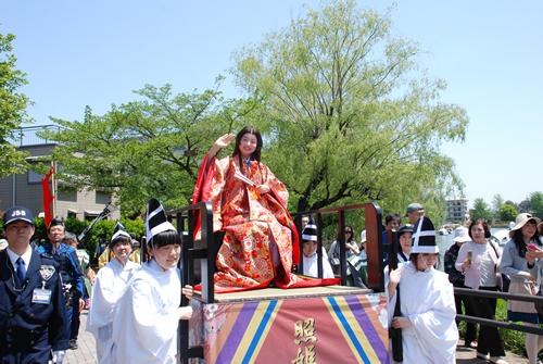 照姫と石神井城主・豊島泰経、奥方など総勢約100名による豪華絢爛な時代行列