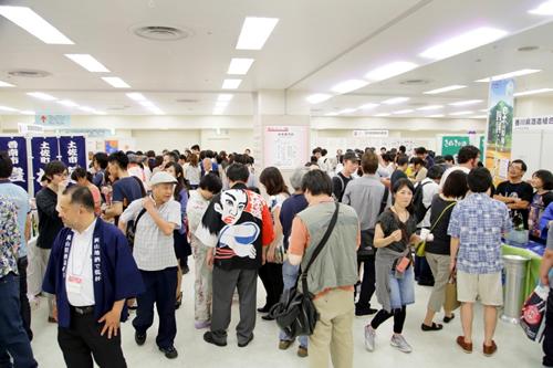 日本酒ファンのみならず大勢の人で賑わうフェア