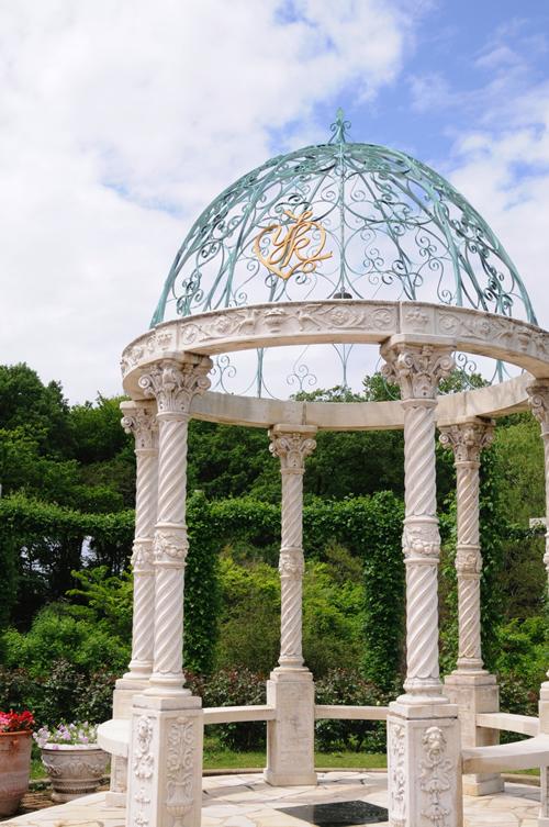 「桂由美 愛のガゼボ」 庭園中央にはブライダルの第一人者桂由美さんプロデュースによるガゼボ