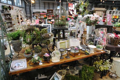 「ガーデンセンター屋内売り場」 ローズガーデンで見たバラの多くを購入できる大型園芸専門店。