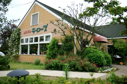 「レストラン・ラ ローズ」 本格派シェフが手作りの美味しさにこだわったガーデンレストラン。