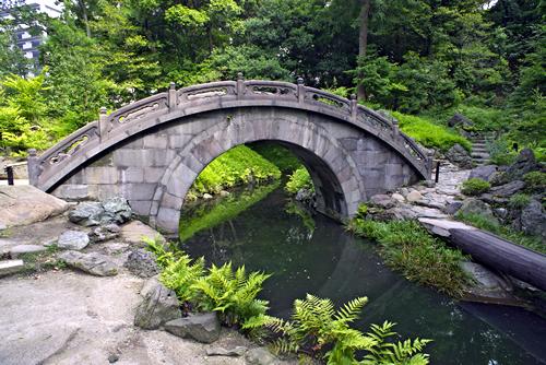 円月橋 水面に映る形が満月のように見えることからつけられた名称。明の儒学者、朱舜水による設計といわれており、得仁堂とともに当時の姿を留める貴重な建造物。
