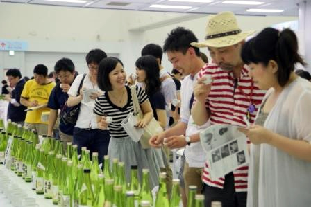 全国の蔵元自慢の日本酒を飲み比べができる