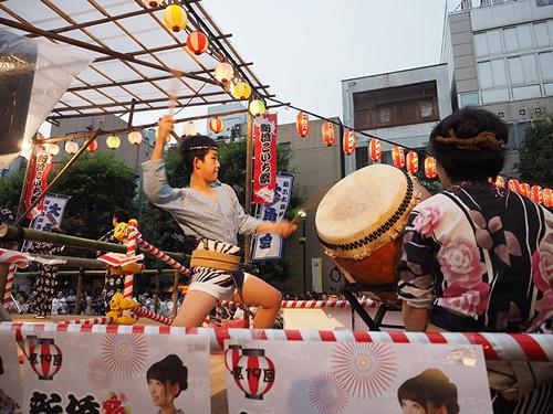 盆踊り太鼓でみんなを盛り上げる