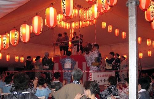 「納涼大会 山王音頭」 境内にテントとやぐらを設置、奉納提灯が所狭しと掲げられる
