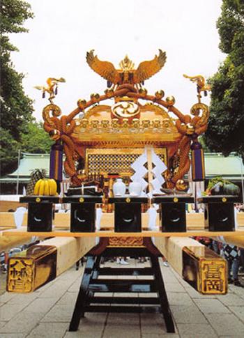 「御本社二の宮神輿」 型は屋根延金地塗神輿で、台車幅は4尺5寸、高さは10尺8寸、重さは2トン。鳳凰の目は1対ダイヤ2.5カラット。