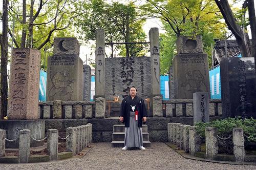 境内にある「横綱力士碑」 江戸勧進相撲発祥の地として有名な富岡八幡宮。境内には歴代横綱を顕彰する碑が建てられている。高さ3.5m、幅3m、重さ20トンの堂々たる石碑で、賛同者には伊藤博文、山県有朋、大隈重信などの名前も。