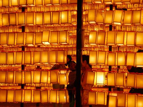 「3万を超えるみあかし(献灯)」 境内には全国の遺族や戦友、崇敬者から献納された「みあかし(献灯)」大小3万を超える提灯が掲げられる。