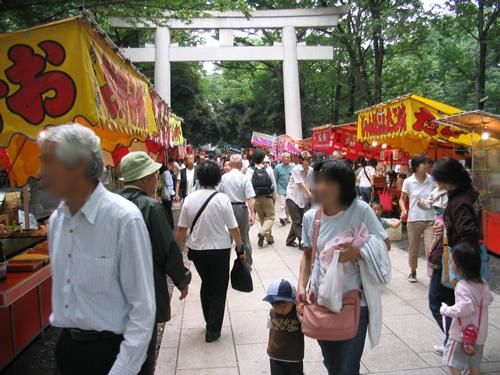 来場者数は約7万人。おおぜいの参拝客で賑わう大國霊神社の参道。
