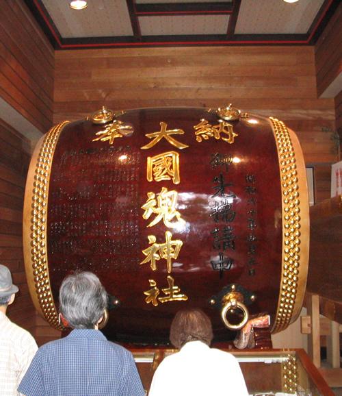5月のくらやみ祭りなどにも使われる重さ約2.5トン、最大直径約2.5mの大太鼓。