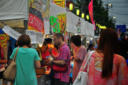 焼きそばやたこ焼きなどの定番のほかに、横田基地に近い福生ならではの多国籍グルメが多数