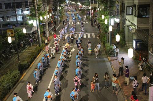 圧巻の「民踊パレード」は2kmを舞い踊りながら進んで行く