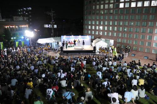 福生市役所 丘の広場でもダンス、コーラス、弾き語り、手品などが連日繰り広げられる