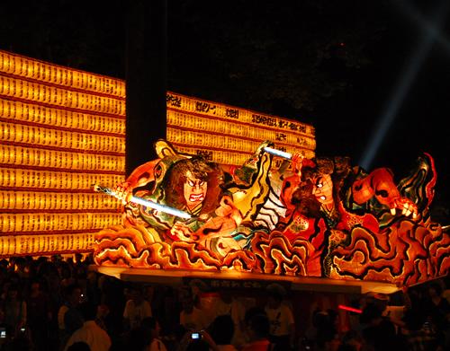 「外苑の提灯と青森ねぶた」 東北三大祭りの一つ「ねぶた」が奉納。迫力の「青森ねぶた」がお祭りに彩りを添える。