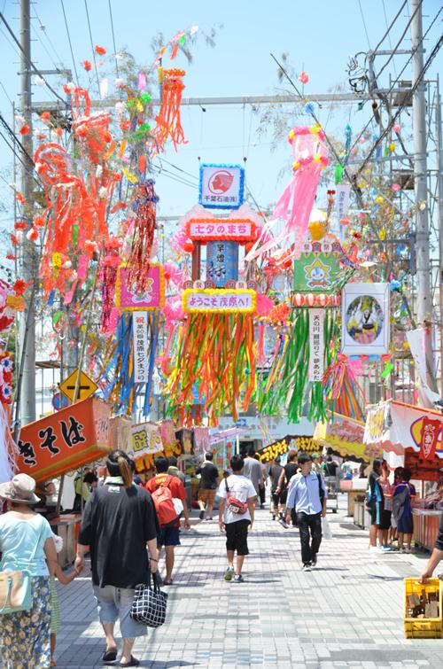 市民や企業が中心となって製作した色とりどり約600もの七夕飾りが、JR茂原駅から市役所を中心に埋め尽くす
