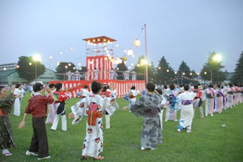 隊員と市民踊り団体との盆踊り